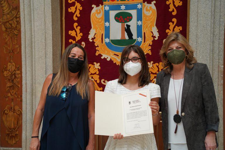 Nuria Villegas recibiendo diploma