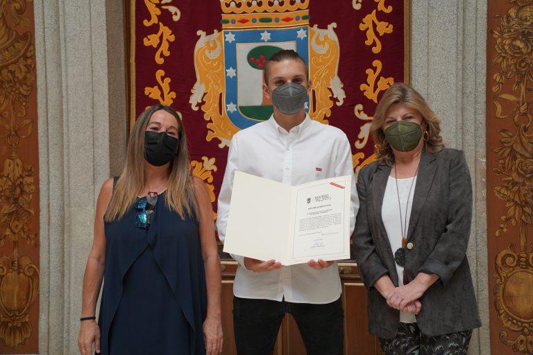 David Cholody recibiendo diploma