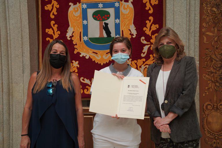 Ana Beinetez recibiendo diploma