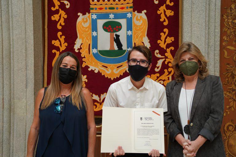 Juan Miguel Zilio recibiendo diploma