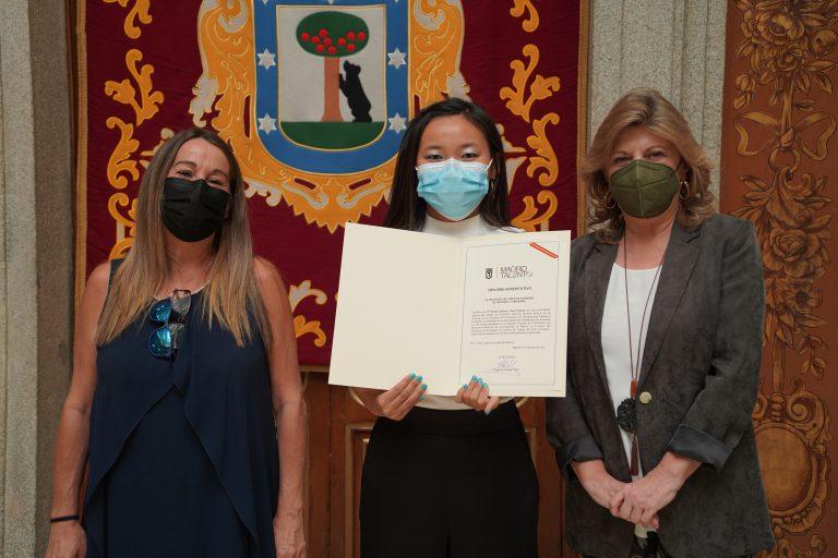 Violeta Xiaofen recibiendo diploma